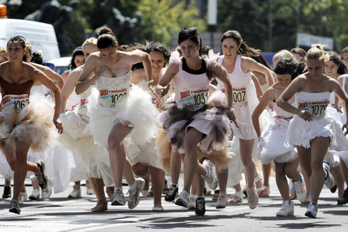 slideshow_1002208641_APTOPIX_Serbia_Bridal_Race